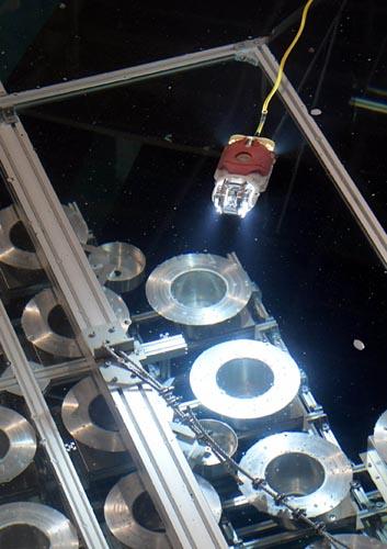 原子炉圧力容器を支える土台「ペデスタル」の開口部から内側に入り、前方と後方に一つずつ搭載したカメラとLEDライトで、暗闇の圧力容器底部を調査する。報道公開ではペデスタル内の構造物を模擬した水槽でデモが行われた。