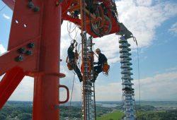 高さ101mに達する42号鉄塔での作業の様子