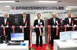 運用開始を記念した式典でテープカットを行う松浦副社長(中央)