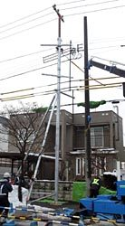 架線物を仮支持柱に移し替えて電柱を元位置に建て替える