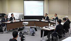 規制委員らと意見を交わす岩根社長(左から2人目)