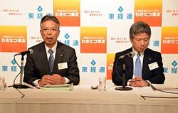 中期事業計画について説明する海輪会長(左)