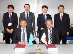 調印したチャクロフ第一副所長(前列左)と千代田テクノルの山口社長(同右)
