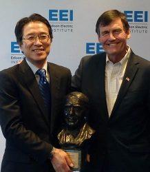 エジソン電気協会からエジソン像を受ける東北電力の樋口常務(左)