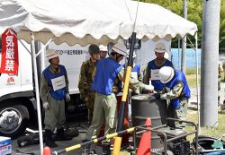 燃料が入った自衛隊のドラム缶で設備の適合性を確認する中部電力の復旧班