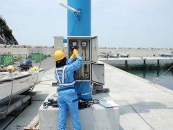 港湾地区で計器の取り換え作業を行う研修参加者