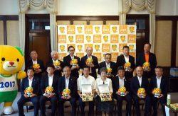 記念撮影する関係者。前列右から2人目が淺井社長、左から4人目が中村知事