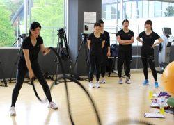 縄を上下に動かして腕の筋力を強化するトレーニング