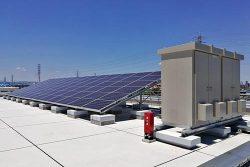 安全創造館の屋上に設置された実証用太陽光発電設備(左)と蓄電池