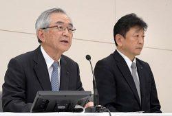 会見する川村会長(左)と小早川社長