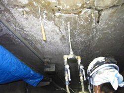 STTG工法の施工の様子。漏水部に樹脂と硬化促進剤を注入して止水する
