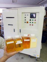 植物油の処理装置(奥)とサンプル