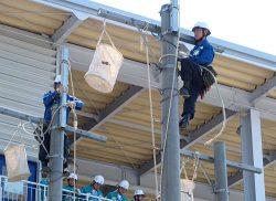 中国電力の新入社員が見守るなか作業を続ける中電工の社員