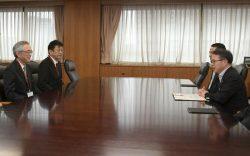 世耕経産相(右)と会談する川村会長、小早川社長(左から。4日、東京・霞が関)