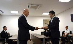 副島副知事(右)から回答書を受け取る山元取締役