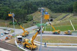 横浦地区の高台に造成された集団移転住宅用地で架空線の敷設工事を行う配電部門の社員
