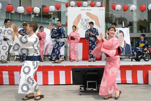 東京オリンピック・パラリンピック競技大会組織委員会は2020年の東京五輪まで3年となった24日、『東京五輪音頭2020』を制作すると発表した。1964年の東京大会を前に、故・三波春夫さんらが歌って大ヒットした「東京五輪音頭」をベースに、新しく5番が追加された。発表会では、振り付けも披露され、出演者も即興で参加した=写真(24日、東京・虎ノ門)