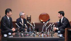 米山知事(右)と会談する川村会長(左から2人目)、小早川社長(25日、新潟県庁)