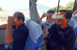 モニター向け見学会でVR映像を体験する参加者