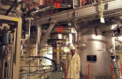 配管が入り組んだ高温ガス試験炉・HTTRの内部