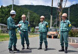 工事概要を担当者に尋ねる前田社長(左から2人目)