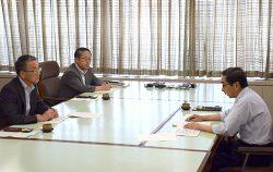 福井県の西川知事(右)と会談する田中委員長(左)
