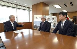 吉野復興相(左)と会談する川村会長(中央)と小早川社長