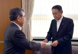 溝口知事(左)から島根1号機廃止措置に関する回答書を受け取る清水社長