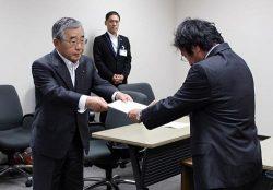 安井長官(右)に要望書を提出する溝口知事