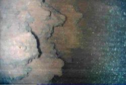 ペデスタル下部の中心付近で撮影された燃料デブリとみられる物体。厚さ約1mとみられる(IRID提供)