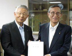要望書を自民党の細田総務会長(右)に提出する久和会長