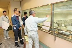 中央制御室を視察する更田委員(左から2人目。原子力規制委員会提供)