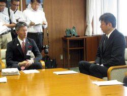 小早川社長(右)に対して柏崎刈羽1~5号機の廃炉計画を2年以内に示すよう求めた桜井市長