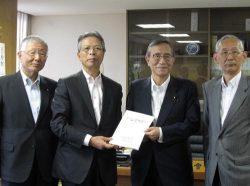 細田総務会長(右から2人目)に要望書を手渡す東北経済連の海輪会長(左から2人目)。左は北陸経済連の久和会長、右は北海道経済連の高橋会長