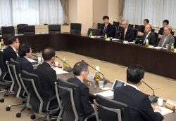 委員会には小早川社長、川村会長らが出席、経営方針を説明した(26日、東京・霞が関)
