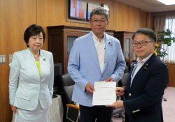 世耕経産相(右)決議書を手渡す高木事務局長(中央、左は太田事務局次長)