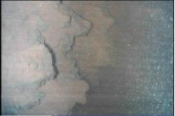 福島第一原子力発電所3号機の原子炉格納容器底部調査で見つかった燃料デブリと思われる物体:国際廃炉研究開発機構 (IRID)提供