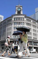 都内では午前中から強い日差しとなり気温が上昇した(9日、東京・銀座)