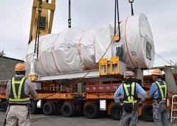 石狩湾新港に到着した「9HA」(14日、石狩市)
