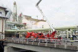 火災の発生を想定し消防隊員らがLNG船に放水した