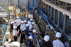 大飯3、4号の海水ポンプ止水壁を視察する特別委委員ら