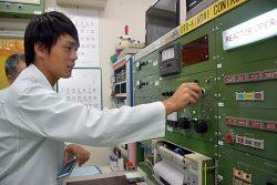 原子炉の制御盤を操作する研修会の参加者