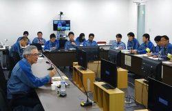 所員と意見交換する川村会長(左)