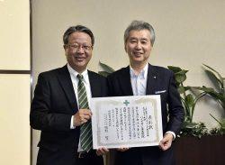 中部電力の勝野社長(右)から表彰を受けた大下社長
