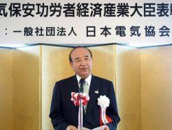 あいさつで受賞者らをたたえる福田会長