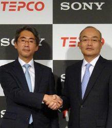 「スマートホームサービス」の商品化を発表した東電EPの川崎社長(左)とソニーモバイルコミュニケーションズの十時社長(7日、東京・虎ノ門)