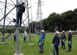 東電PGの社員がアドバイスしながら塔上での安全な横移動も訓練した