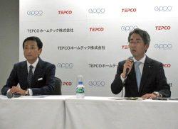会見を行う東電HDの川崎社長(右)と新会社社長に就任するエプコの岩崎代表取締役(9日、東電本社)