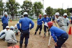 各社の若手が協力しながら測量機器を使って基礎訓練に取り組んだ