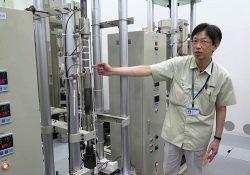 耐熱鋼試験で用いるクリープ試験機について説明する担当者